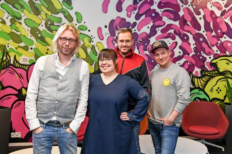 Uudistunut Dynastia-aamushow on pyörinyt pian vuoden Radio Aallolla. Äänessä ovat Kimmo Vehviläinen, Hanna Kinnunen, Jarkko Valtee ja Jari Peltola.