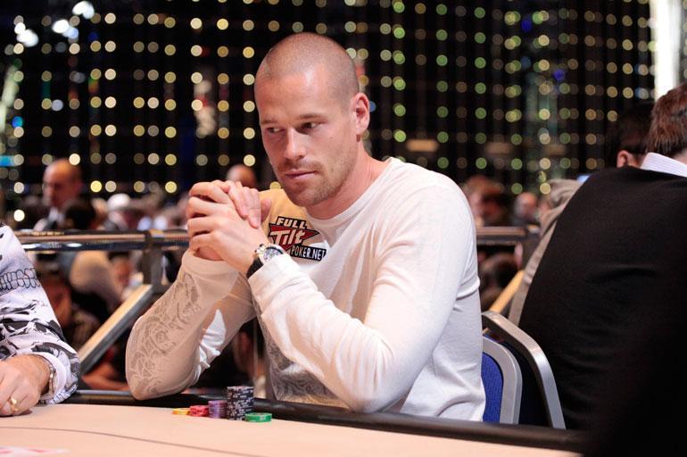 Patrik Antonius tekee pokerilla tiliä.