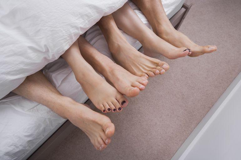 Moniavioinen kolmikko jakaa sängyn.