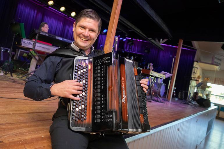 Leif Lindeman pyörittää musiikin lisäksi autobisnestä.