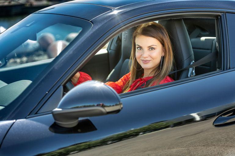 Janni Hussi auton ratissa.
