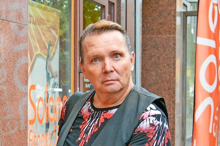 Mikko Rasila turrutti erotuskaansa alkoholilla.