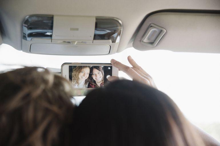 Nuoret ottavat selfieitä liikenteessäkin.