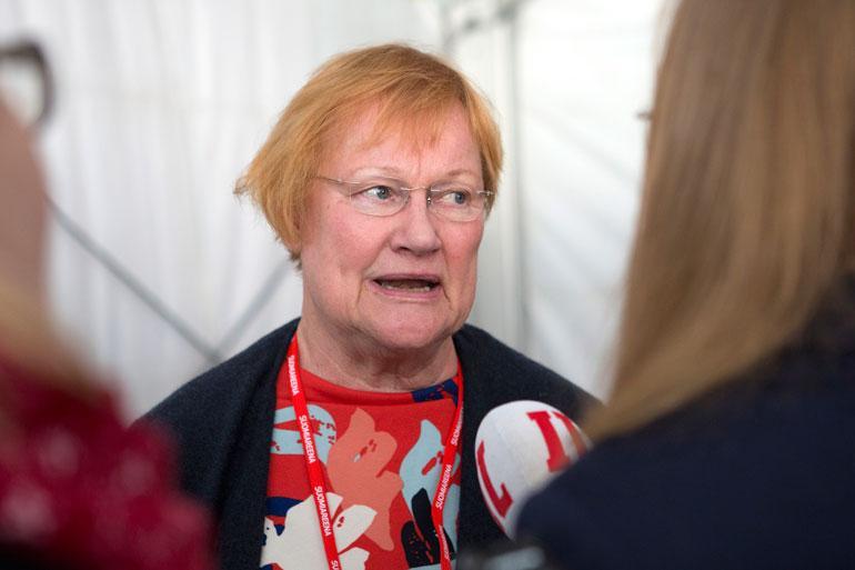 Tarja Halonen kiinnostoi puuhelmistä.