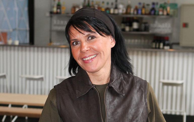 Marjaana Valkeinen edusti Linnan juhlissa seepra-laukussa.