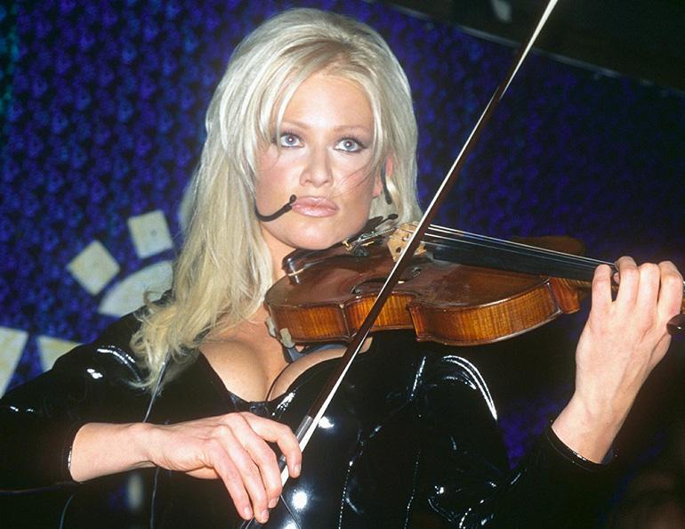 Linda Lampenius kuvattuna 1990-luvulla kuulussa asussaan.