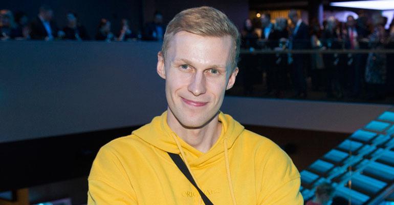 Roni Bäck purkaa erosurua.