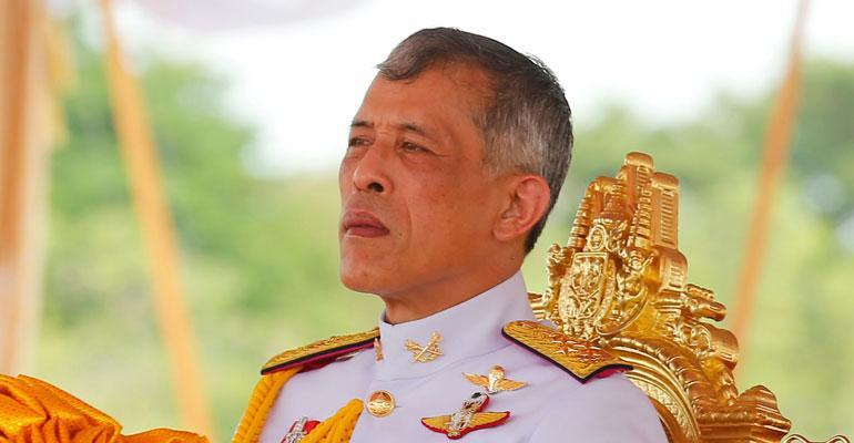 Thaimaan kuninkaalla on painava kruunu.