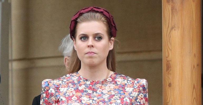 Beatrice edusti korkokengissä.