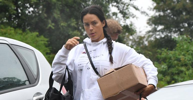 Martina Aitolehti kantoi tavaroita.