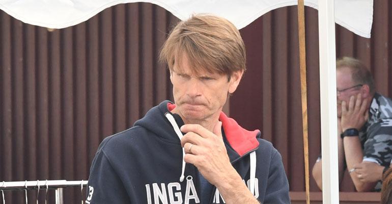 Marcus Grönholm myi vaatteita.