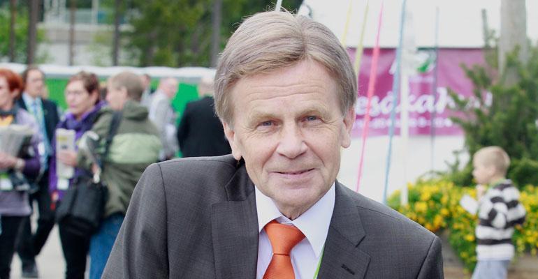Mauri Pekkarinen tuskaili lippuautomaatilla.