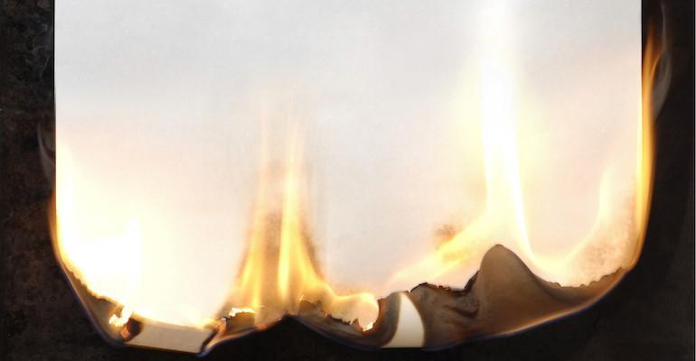 Kirjeen polttaminen aiheutti tulipalon.
