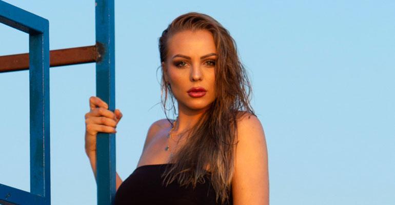 Erika Helin bikinikuvissa.