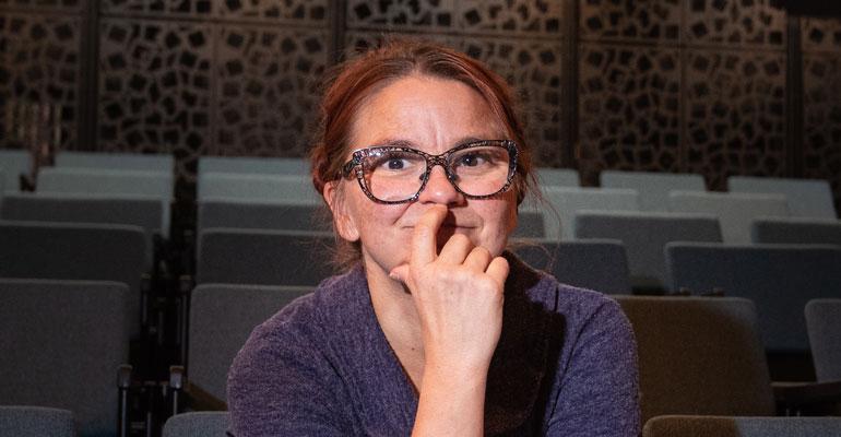 Kati Keskihannu ohjaa näytelmää.