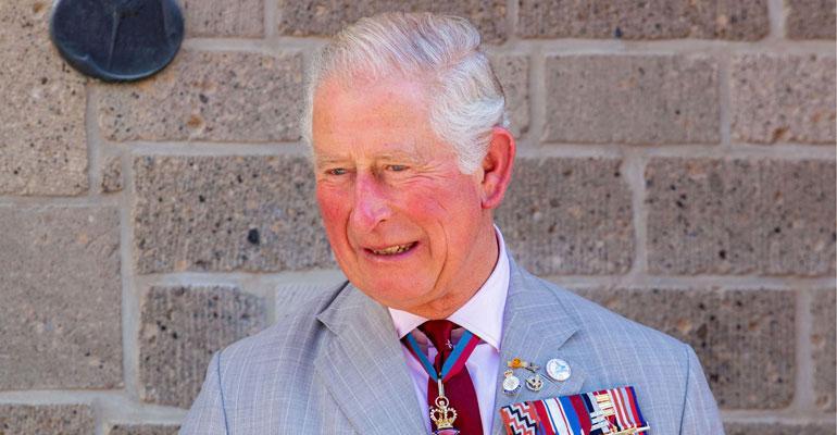 Prinssi Charles istutettiin helikopteriin.