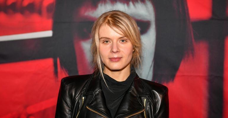 Alina Tomnikov nauttii avioelämästä.