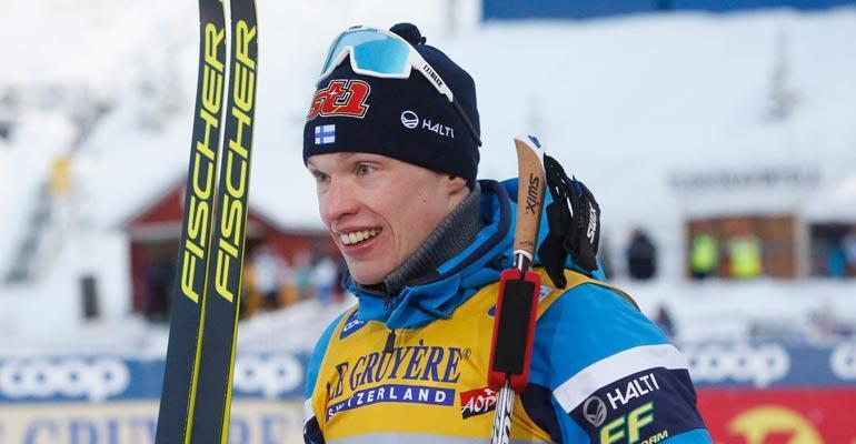 Viikonloppuna huippuhiihdoillaan villinnyt Iivo Niskanen otti ilon irti perheensä parissa.