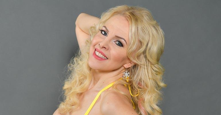 Kirsi Rissanen esiintyy Playboyssa.