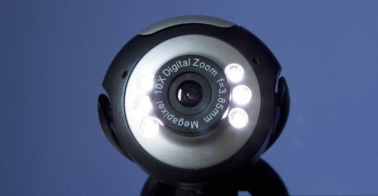 Moni pitää kameran kiinni videopuheluiden aikana.