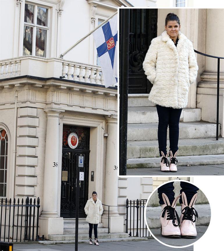 Saara Aalto poseeraa Englannin Suomen suurlähetystön edessä Lontoossa.