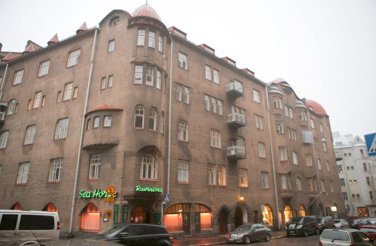 Henkka Hyppösen ja Jenni Pääskysaaren koti sijaitsee arvostetulla alueella Helsingin Ullanlinnassa.