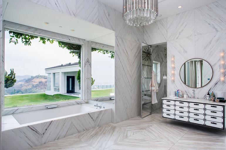 Yksi kartanon kylpyhuoneista