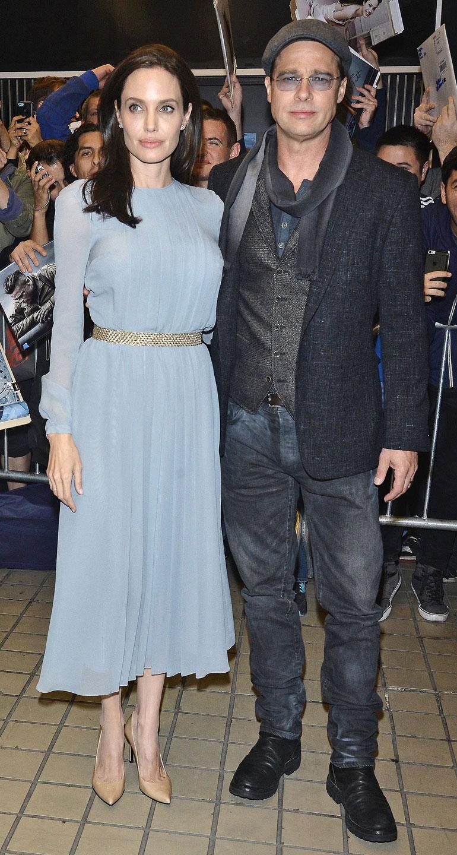 Angelina Jolie ja Brad Pitt poseeraavat