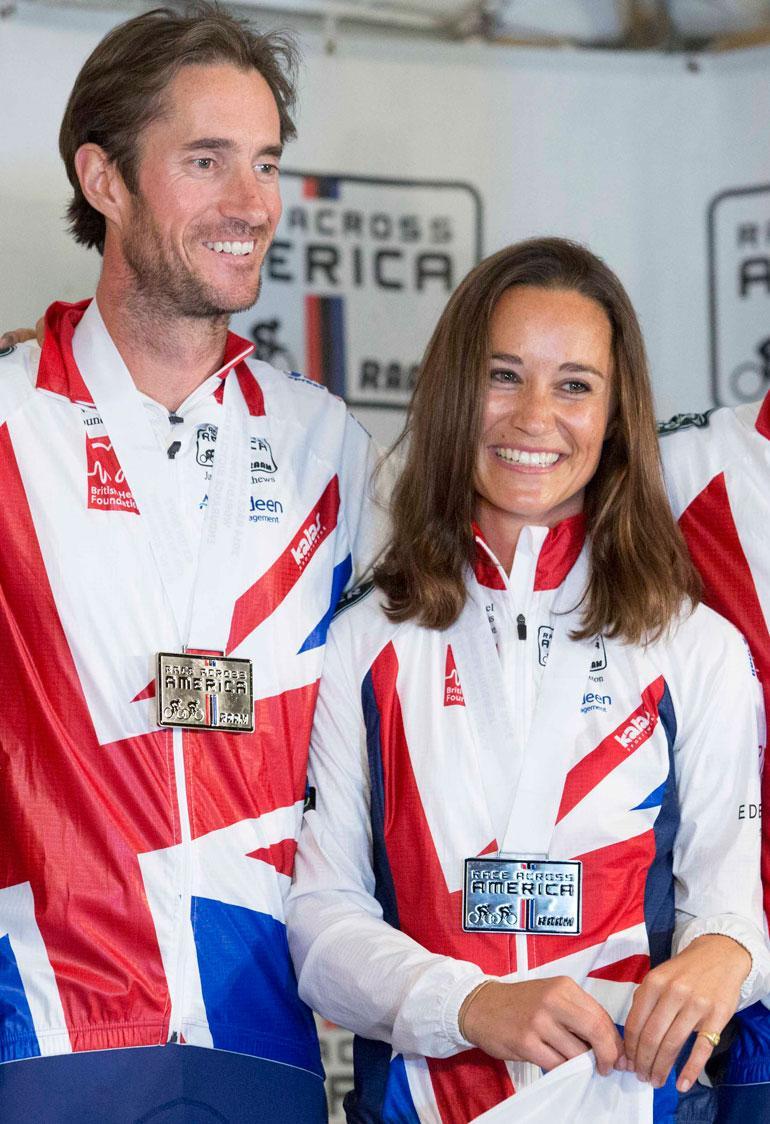 Pippa Middleton ja James Matthews poseeraavat