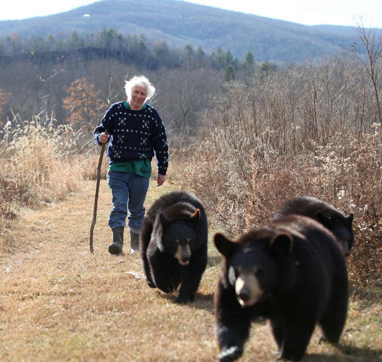 Joel Rosenthal kävelyllä karhunpentujen kanssa