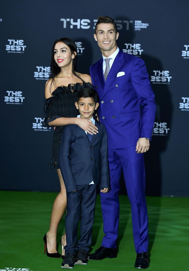 Cristiano Ronaldo yhdessä tyttöystävänsä ja poikansa kanssa