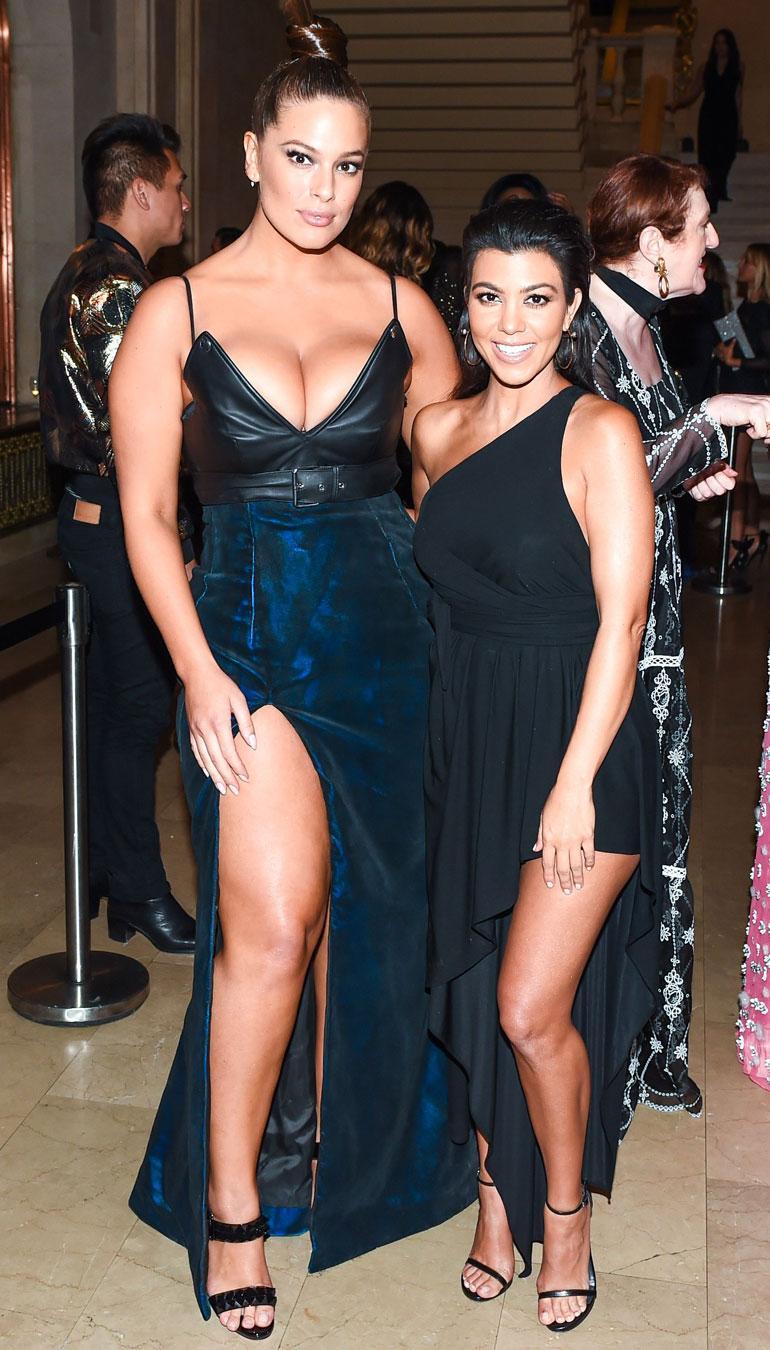 Ashley Graham ja Kourtney Kardashian poseeraavat
