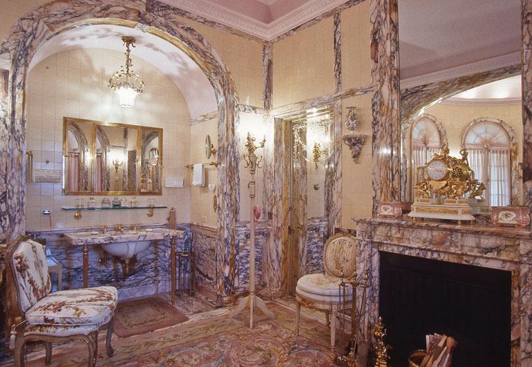 Donald Trump ja Mar-a-Lagon kylpyhuone