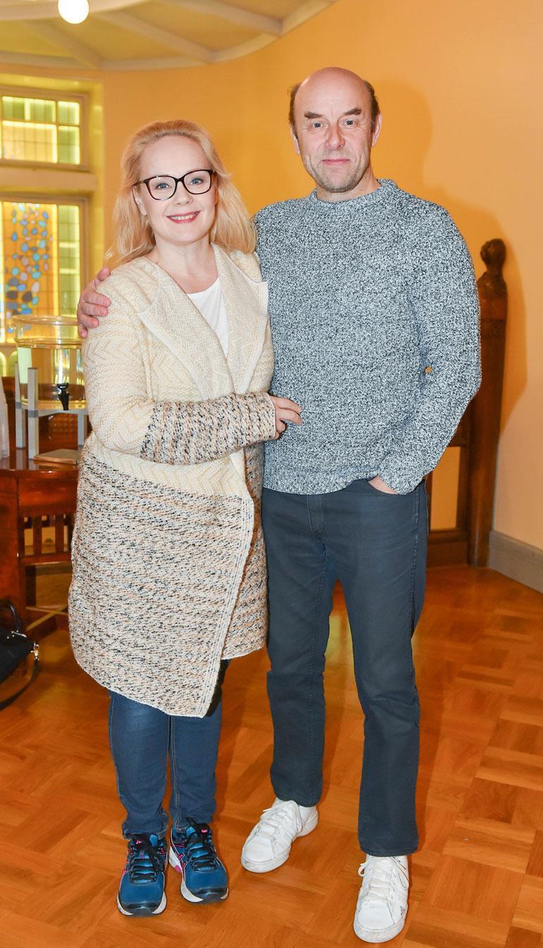 Risto Kaskilahti ja Sari Puumalainen poseeraavat Kansallisteatterissa tammikuussa 2017