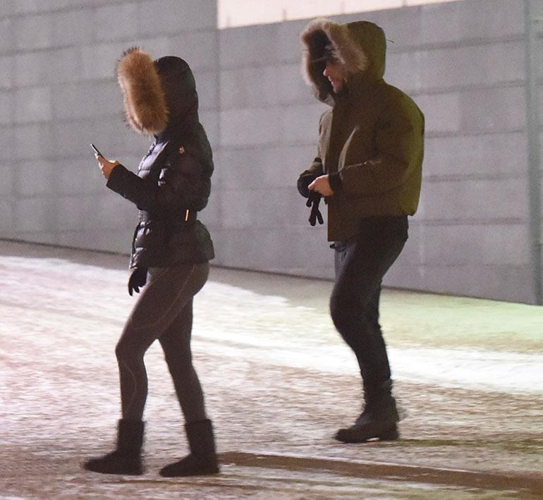 Sofia näpytteli kännykkäänsä, ja Niko kipitti perässä.