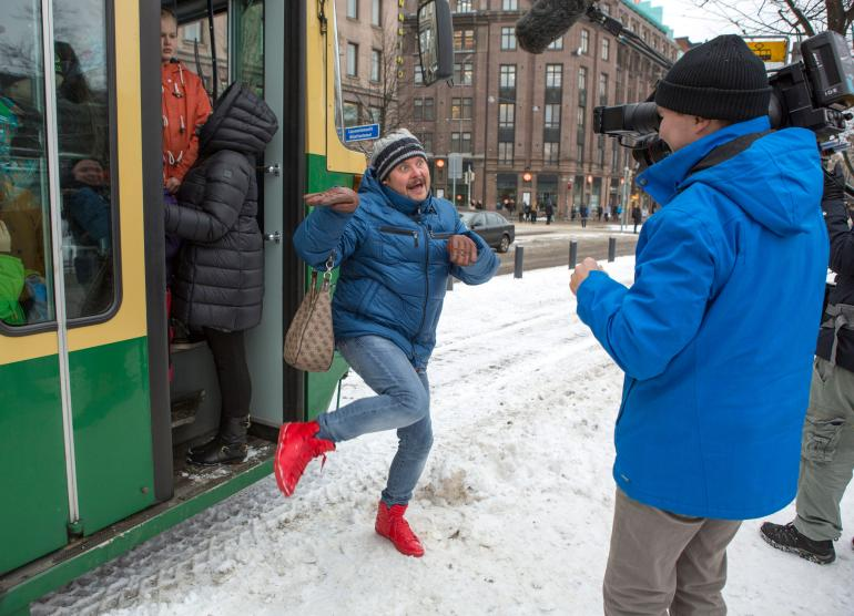 Janne Kataja nähdään Nelosen Kaikki vastaan 1 -viihdeohjelmassa.