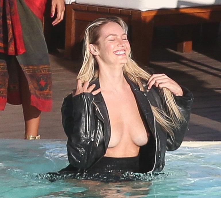 Candice Swaneopoel uima-altaalla
