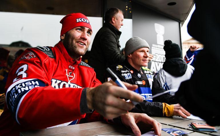 Yleisöäänestyksellä Liigan viihdyttävimmäksi pelaajaksi äänestetty Joe Finley jakoi sunnuntaina faneille nimikirjoituksia Helsingin Rautatientorilla.