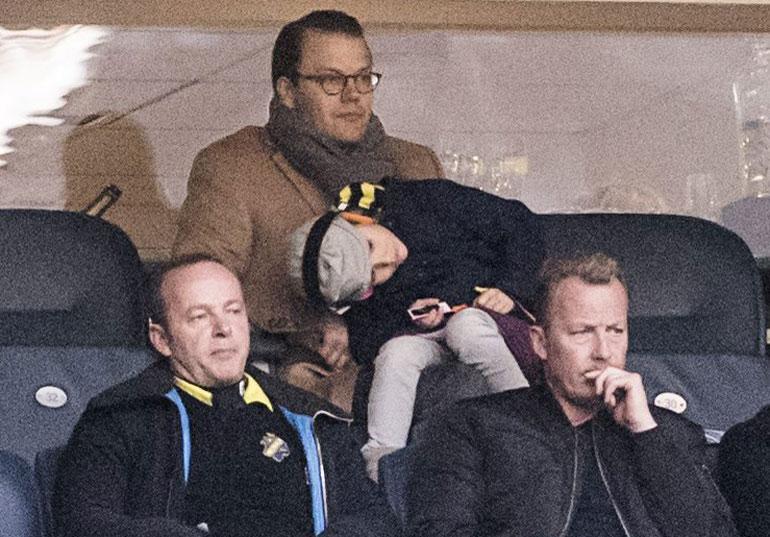 Daniel ja Estelle AIK:n jalkapallo-ottelussa