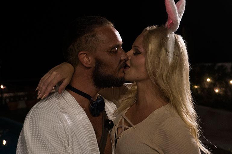 Jonne ja Erika pussailevat iltabileissä