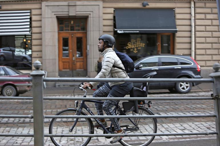 Jani Toivola pyöräilee kypärä päässä toisin kuin moni muu helsinkiläinen.
