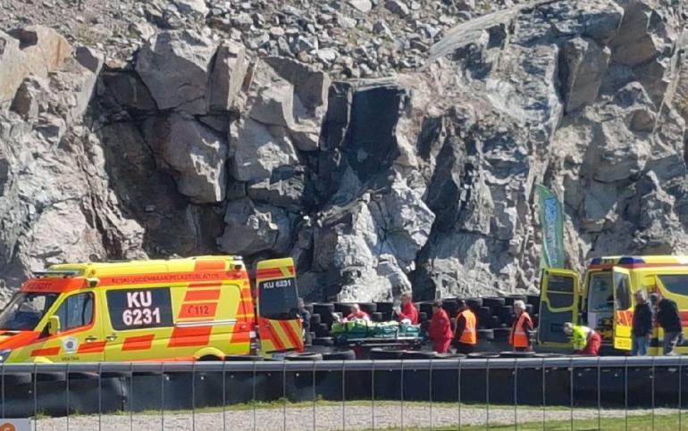 Jyrki Järvilehto nostettiin paareilla ambulanssiin.