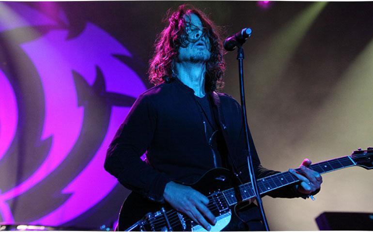 Chris Cornell esiintyy konsertissa