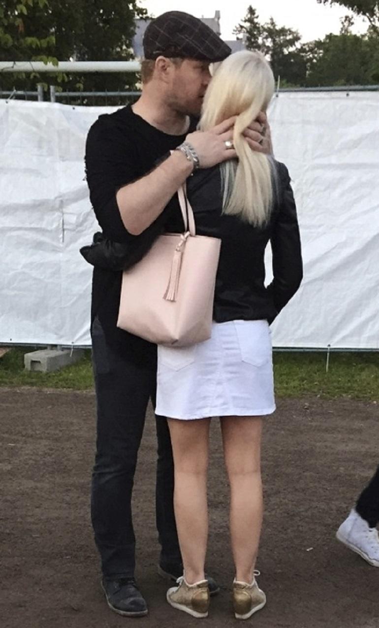 Janne halaili naista.