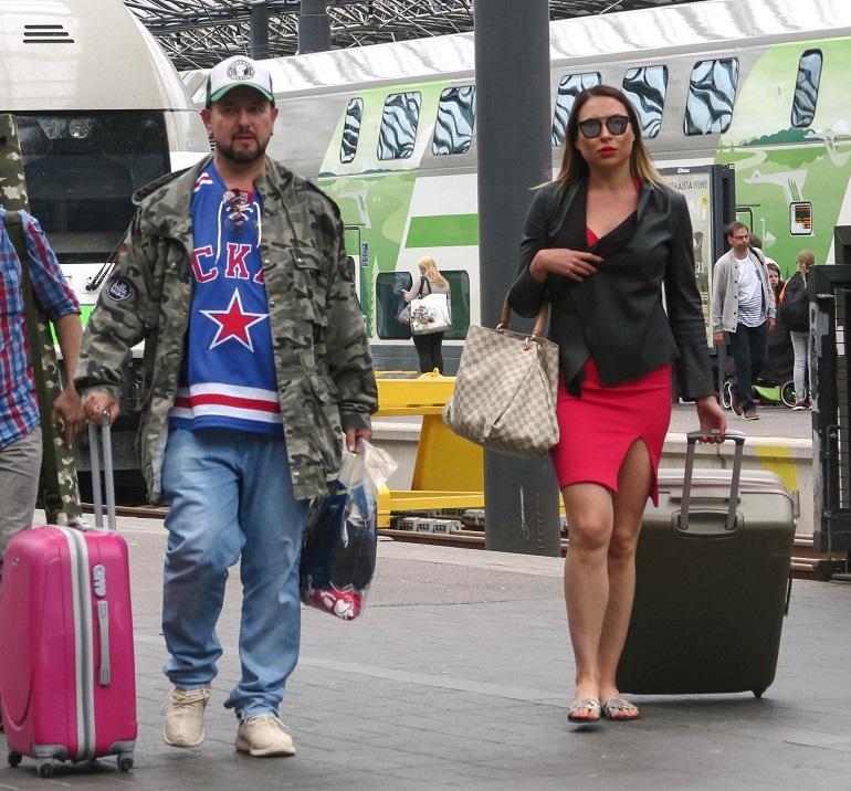 Esko Eerikäinen ja Jasmi Qvick saapuivat junalla Helsinkiin.