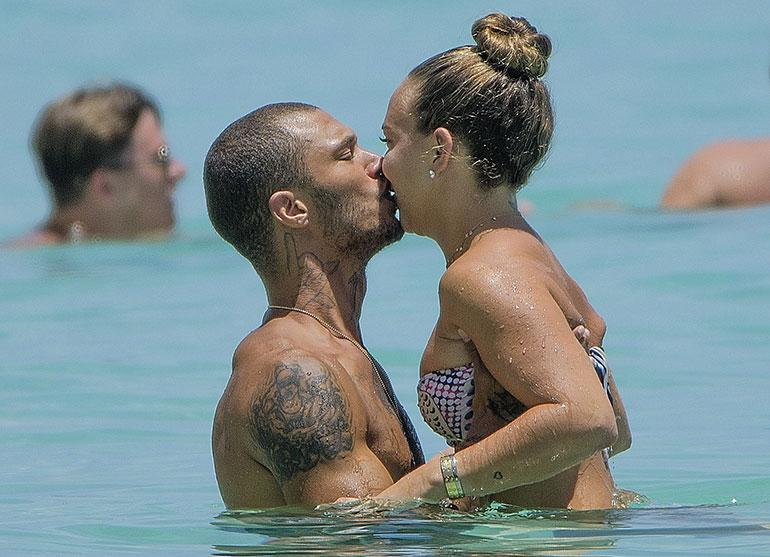 Jeremy Meeks ja Chloe Green pussailevat lomamatkalla
