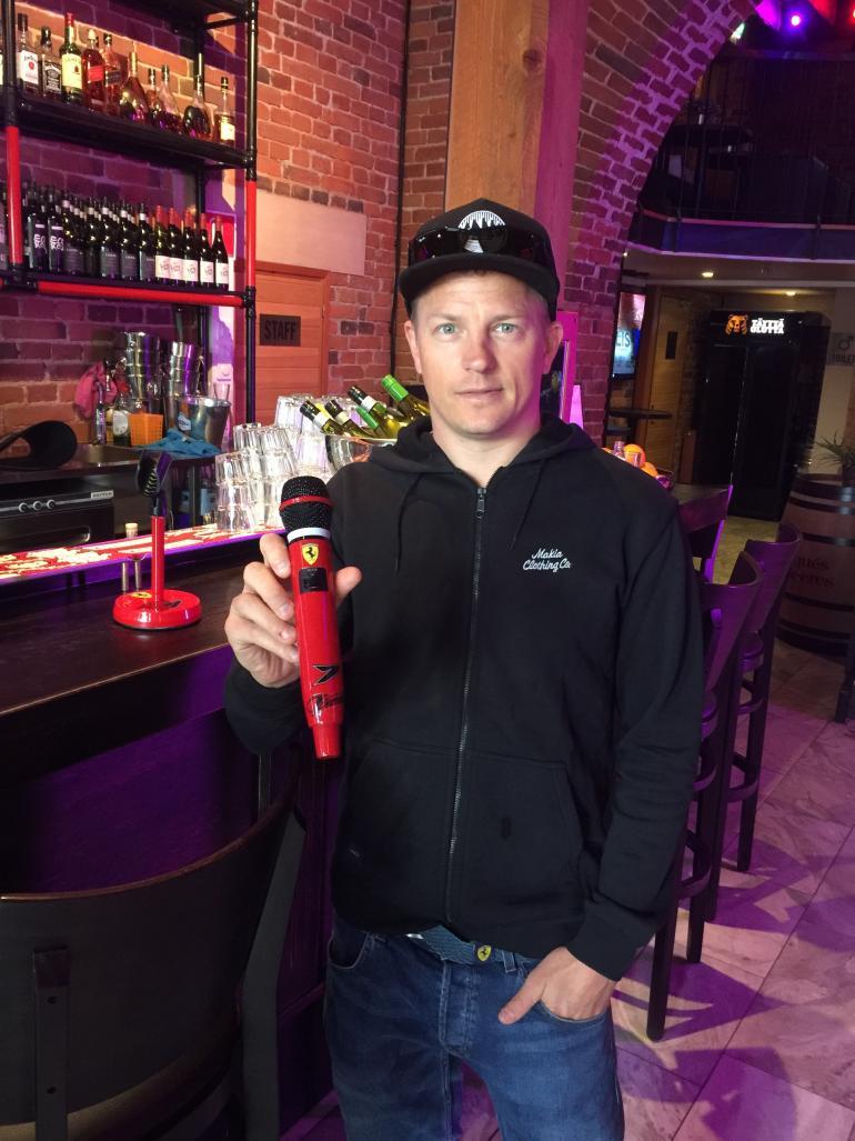 Kimi Räikkönen piipahti karaokebaari Walliksessa vastaanottamassa hienon lahjan.