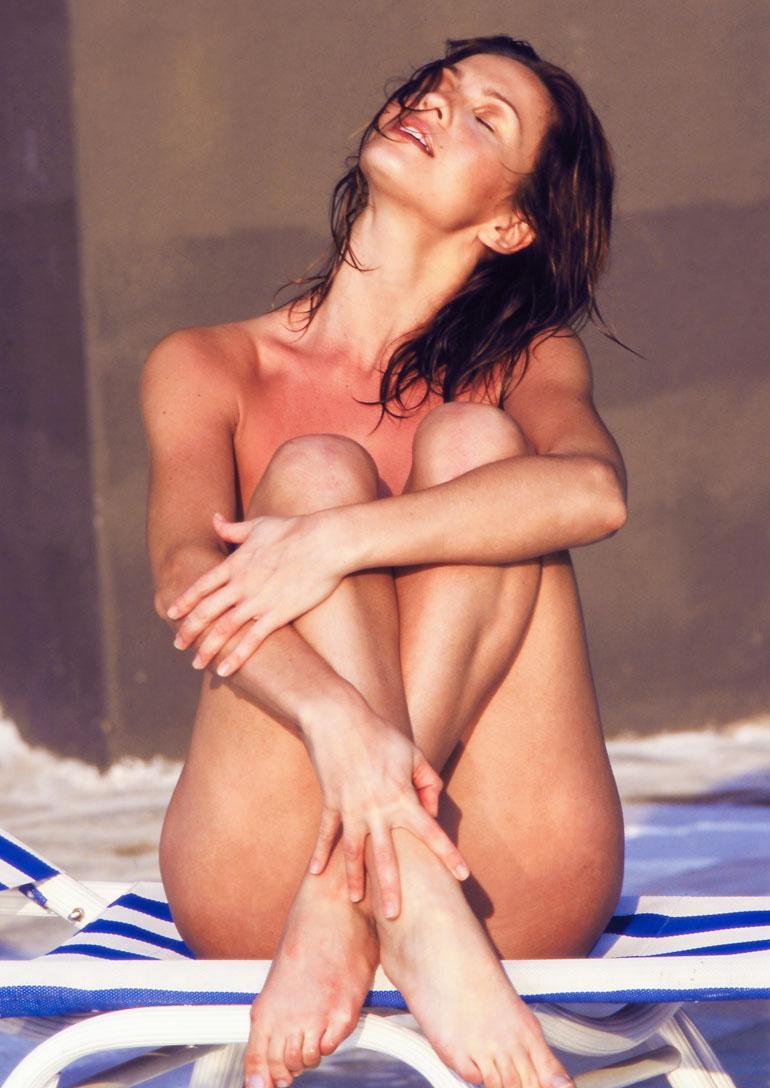 Janina Frostellin kuuluisa alastonkuva Kuubasta vuodelta 2000.