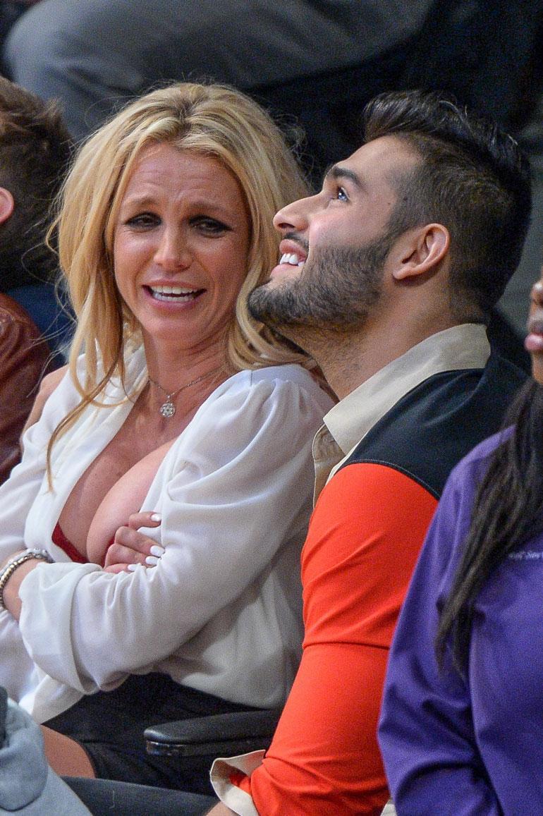 Britney Spears katsomassa korista.