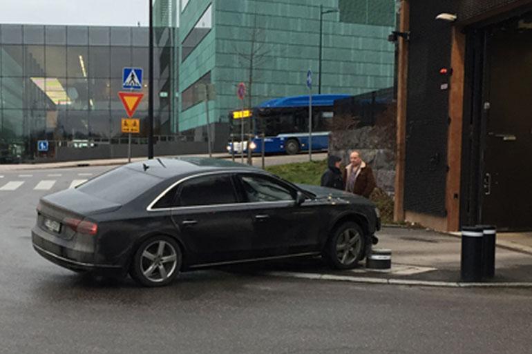 Teuvo Hakkaraisen Audi rysähti parkkipylväisiin.